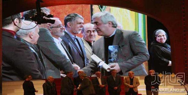 اهدای سیمرغ بلورین سی و ششمین جشنواره فیلم فجر به ابراهیم حاتمی کیا